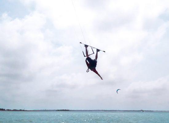 Umgekehrte Vorwärtsrolle - eine Schritt-für-Schritt-Anleitung zur Beherrschung dieses Kitesurfing- Tricks 3