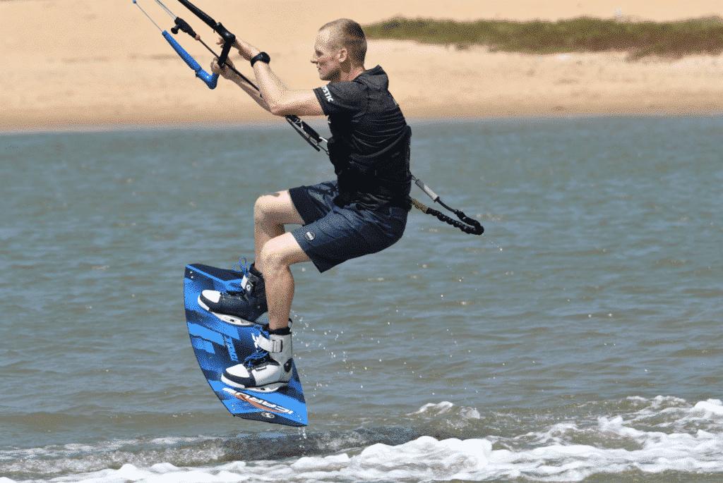 Learn to kitesurf : first jump 1